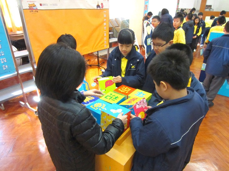 <p>During the breaks between classes, students visited the exhibition and tried to reform those wood-blocks into a blessing sentence together.</p>