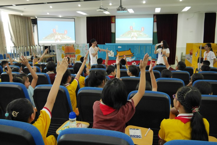 "<p>In the session of ""One Day of the Emperor"", the students in Zhenxian Primary School are enthusiastic to become the helpers keeping different officers' tools for the needs of the Emperor.</p>"