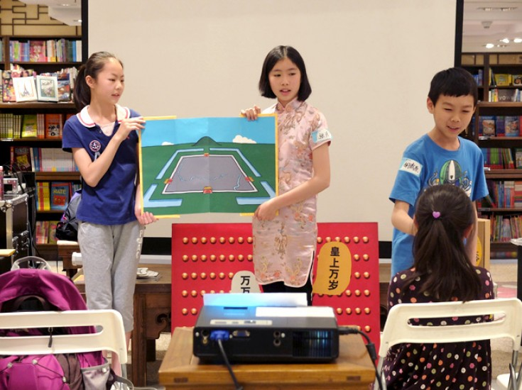 <p>The students from the Experimental Primary School of RDFZ, (from left)  Xu Zi-xun, Zhang Yue and Hu Ding Yuan, were explaining the meanings behind the name of the Forbidden City.</p>